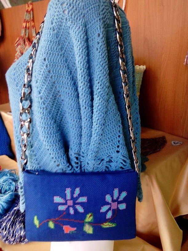 Χειροποίητη μικρή τσάντα κεντημένη πάνω σε μπλέ εταμίν.Χειροποίηση Χαλκίδας τηλ 2221074152