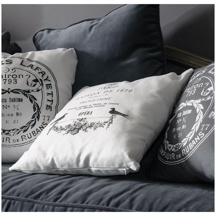 Ozdobna biała poduszka opera marki Belldeco, poszewka wykonana z 100% bawełny, zdejmowana - dzięki czemu czyszczenie jej nie sprawia większego problemu. Posiada nadrukowany czarny napis, który dodaje jej uroku.