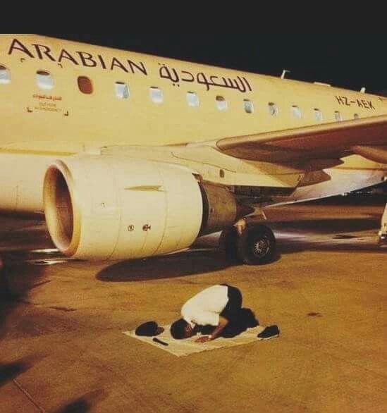Seorang pilot yang sedang menjalankan sholat sebelum menerbangkan pesawat. Hanya Allah yang mampu mberi perlindungan selama diaenjalankan tugasnya sebagai pilot... Allah Maha Besar..
