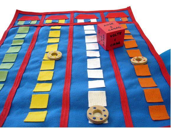 Jogo de tabuleiro em feltro. Vem com com 1 dado em MDF pintado com ordens para o jogo, masi 4 pecinhas para movimentos no tabuleiro.