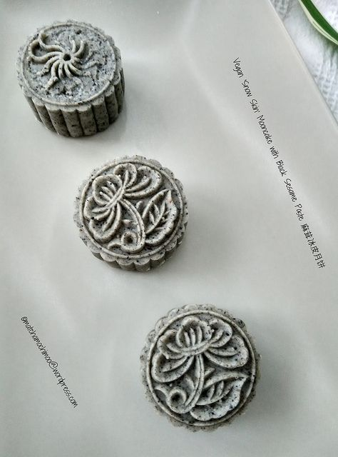 Vegan 'Snow Skin' Mooncake with Black Sesame Paste 麻茸冰皮月饼 I love this mooncake, especially the black sesame paste filling. I did add some extra peanuts to upgrade 提升 the taste. After the first bite...