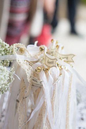 ribbon wands | photo: Nadine Silva http://weddingwonderland.it/2016/04/matrimonio-glamour-vintage.html