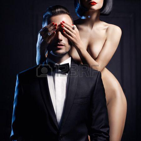 Moda foto de estudio de una pareja sensual sobre fondo negro Foto de archivo