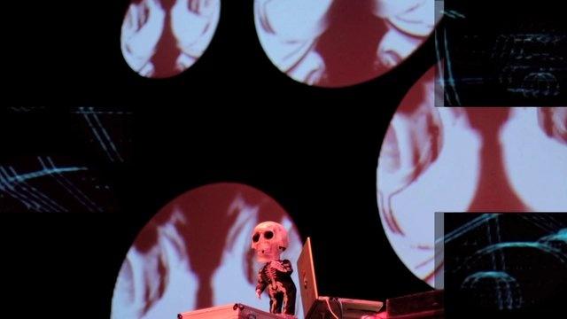 Más de 400 personas asistieron a la versión beta de Bogotá D.E. un evento que busca consolidar el arte digital y electrónico en Bogotá. La día inició con el taller de [VJ's para no VJ's] a cargo de VJ Ctrl Zeta sobre proyección de video con softwares como Modul8 y MadMapper. Al bajar la noche VJ Wanda fue la encargada de proyectar las visuales que iluminaron el teatro, una escenografía que se diseñó especialmente para los 7 Dj set que tocaron hasta la media noche.    VJ's: Wanda y Ctrl Zeta