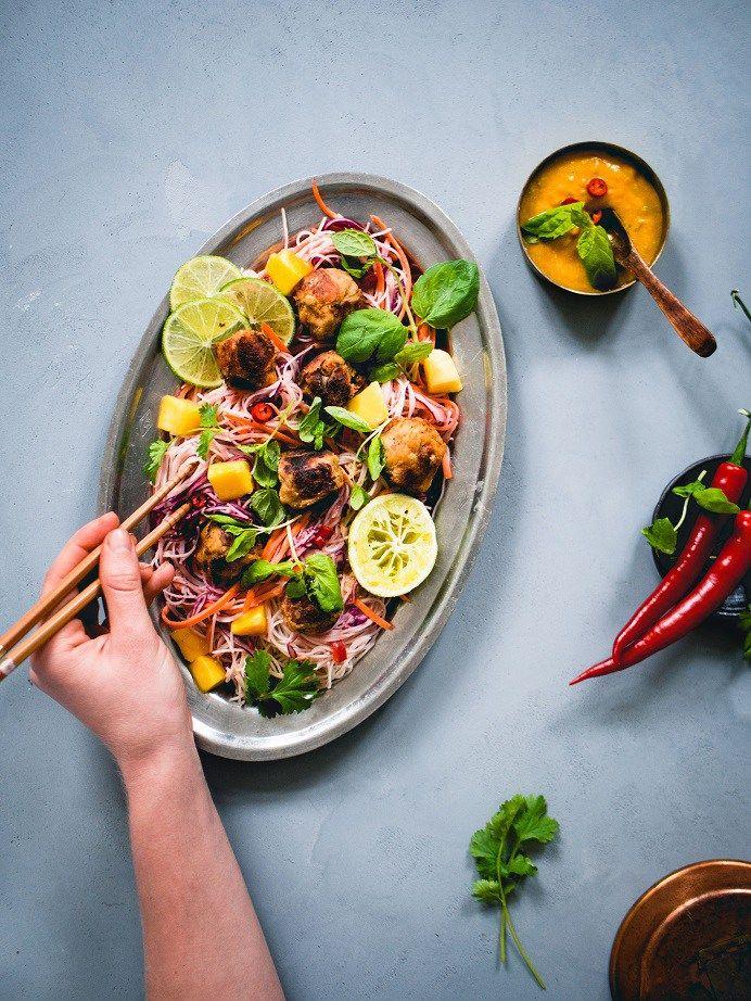 Chickpea balls and rainbow noodle salad | Kikhernepyörykät ja sateenkaarinuudelisalaatti