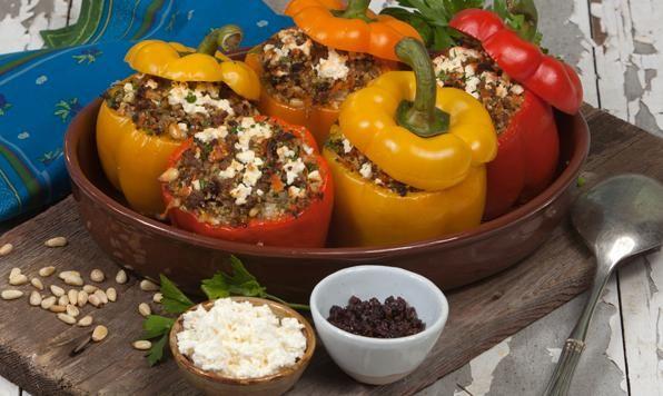 Ces poivrons colorés ne sont pas que tape-à-l'œil, ils sont aussi extrêmement délicieux! Le couscous apporte une saveur légère avec les noix de pin, les raisins de Corinthe et le fromage féta!