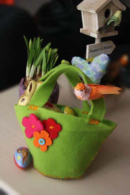 This gorgeous bag is easy to make and perfect for Easter and for any occasion, really! #easter #craft #kidscrafts #feltcraft