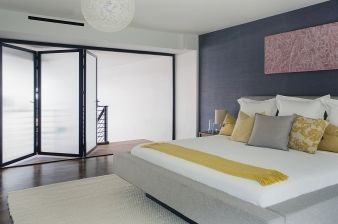 The master bedroom is spacious and receives plenty of light thanks to the opaque windows