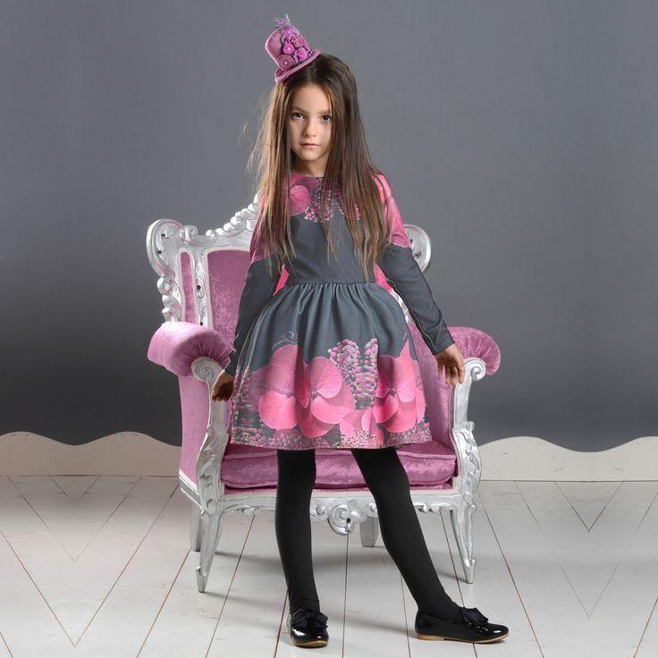 Тази страхотна рокля с красив, флорален мотив ще бъде истинско бижу в гардероба на вашето дете. Роклята е изработена от висококачествена материя с интересен дизайн.