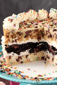 pastel de tres capas de chispas de chocolate hecho con masa para galletas