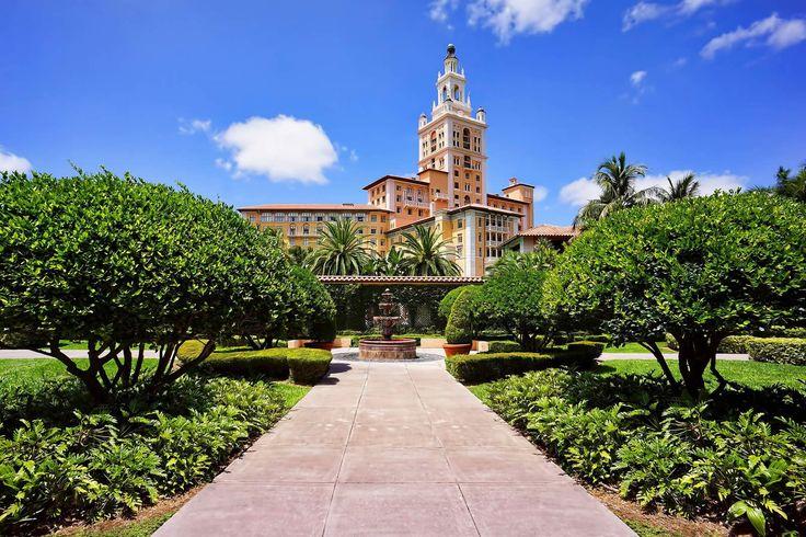 L'expérience Biltmore. Ne cherchez plus, on sait quel est l'hôtel le plus majestueux de Floride. Au détour d'une avenue luxuriante de Coral Gables, le Biltmore se dresse derrière d'immenses et élégants palmiers. Son imposante façade méditerranéenne ne laisse deviner que peu du faste qu'elle abrite...