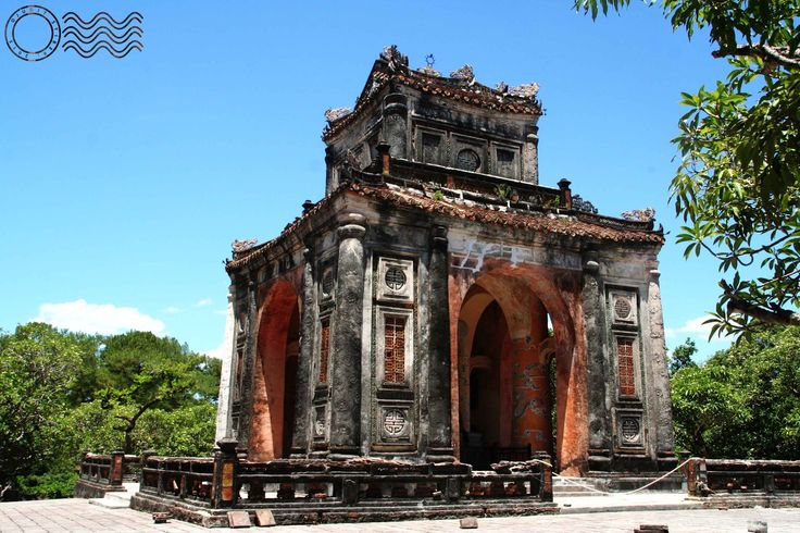 Arrival and stay in Hue. Visiting the nearby tombs and the Imperial City with a paid day trip: infos, pictures, etc. Everything you need to know from Hue.