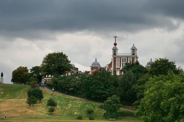 グリニッジ天文台 - 世界の歴史まっぷ 1675年にチャールズ2世が設立した王立天文台。グリニッジ子午線が通るグリニッジ標準時の起点。 #世界遺産 「マリタイム・グリニッジ」にふくまれる。 #天文遺産