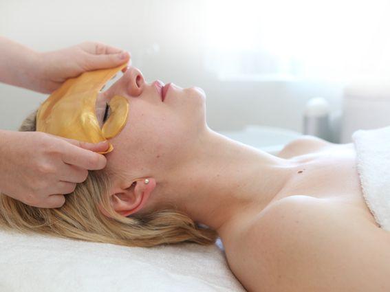 Zabieg aktywne złoto - Cera po zabiegu aktywnym 24-karatowym złotem odzyskuje siły witalne, a wraz z nimi blask i młodzieńczy wygląd. Zabieg wygładza zmarszczki i zmniejsza cienie pod oczami. Twarz jest rozświetlona, ale nie świecąca, dzięki czemu lepiej trzyma się na niej makijaż.