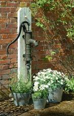 Leuke zinken emmers met een waterpomp