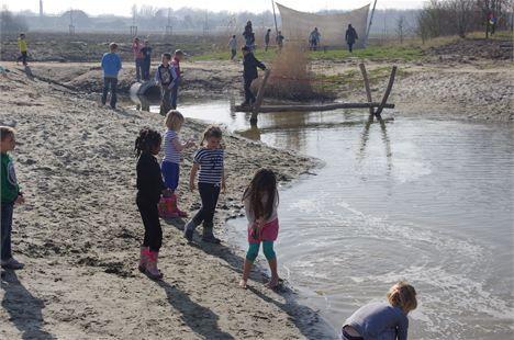 Natuurspeeltuin Barend Bos in Barendrecht met water, trekschuitje, kabelbaan, speeltuin en lekker veel groen. Tegenover kinderboerderij De Kleine Duiker. Een aanrader!