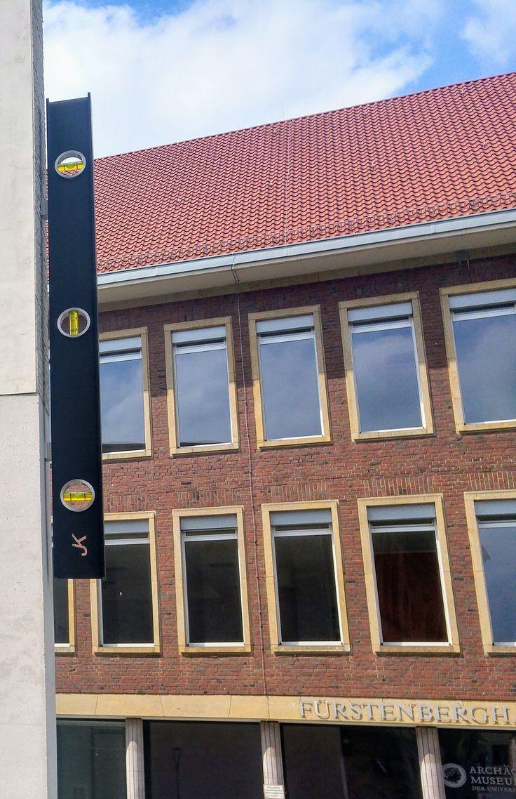 """""""A Work in situ"""" von John Knight, Landesmuseum für Kunst und Kultur, Domplatz 10. Der Künstler hat sich den Neubau des LWL-Museums ausgesucht und bringt dort, an der Spitze, eine überdimensionale Wasserwaage an. Frei nach dem Motto: steht das Gebäude gerade, hm? Ist alles ausbalanciert? Wurde korrekt gearbeitet? Finde ich persönlich spitze die Idee! Von mir aus soll die Stadt Münster oder das LWL-Museum dieses Kunstobjekt erwerben und als Erinnerung an die Skulpturprojekte 2017 für immer…"""