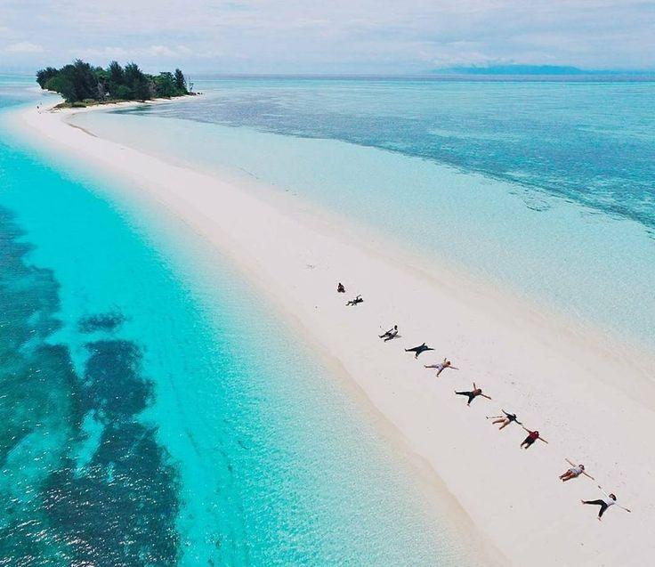 Masih asing dengan Pulau Morotai? Pulau yang terletak di bagian Utara Pulau Halmahera, dan masuk dalam Provinsi Maluku Utara. Salah satu spot favorit di Morotai adalah Pulau Dodolan Besar dan Pulau Dodolan Kecil yang tersanbung menjadi satu oleh pasir putih melengkung yang sangat unik ketika air laut sedang surut.  Location : Morotai, Maluku Utara Photo by : @yanuarrainsyah  #morotaiisland #malukuutara #indonesiabagus #PesonaIndonesia #ExploreNusantara #tukangjalantrip