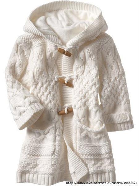 Белое вязаное пальто с цветами