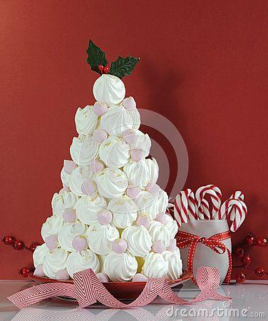 Invitación del postre del árbol de navidad hecha con los merengues rosados y blancos