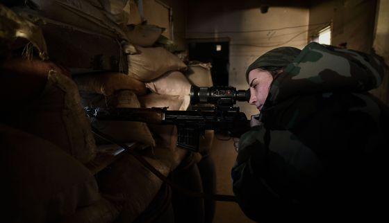 Una de las francotiradores, en el frente de Daraya, Siria Un batallón de mujeres abre camino en el frente de guerra sirio Sirias de entre 18 y 30 años apuntalan el Ejército y rompen con el monopolio de los varones