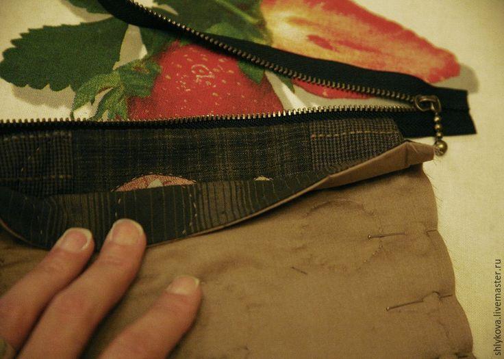 Вам понадобятся инструменты и материалы: ножницы; иглы для аппликаций; нитки желательно 100% хлопок; бумага для заморозки; японский фактурный хлопок; клей для текстиля; микропуговки; краски для текстиля; ткань для пэчворка, США, светлых оттенков с размытостями; иглы для квилтинга; рамка для саквояжика из двух деталей размер 4*10 см; японская молния 23 см.…
