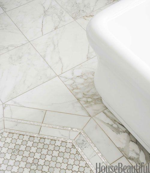 Vintage glamour In deze art-deco badkamer omlijsten parelkleurige tegels de Arpell Bianco-tegels van Artistic Tile.