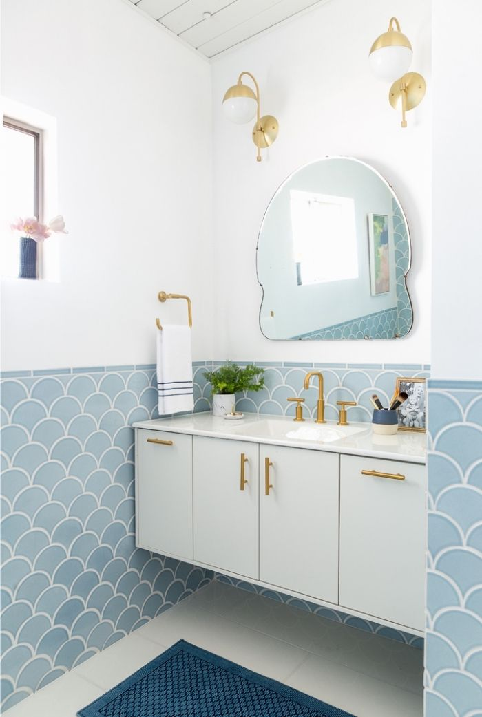 Accessoires Tendance Pour Deco Petite Salle De Bain En Blanc Et Bleu Pastel Meuble Sous Lavabo Avec Poignees Dorees