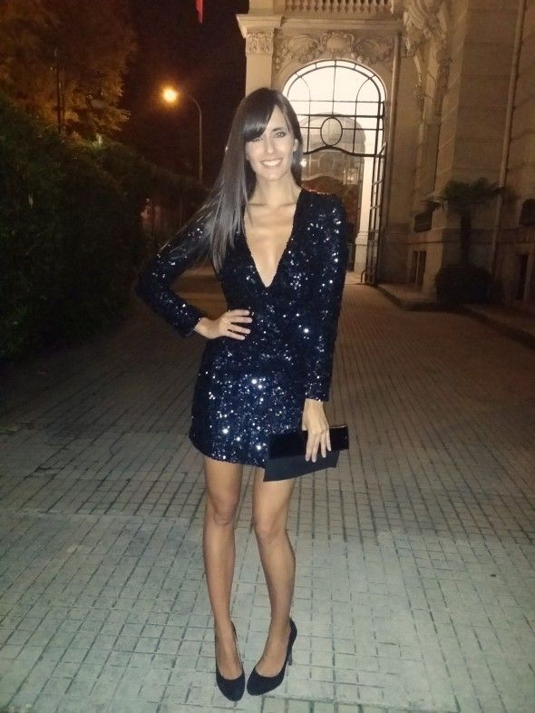 Ana Albadalejo con vestido de lentejuelas negro de French Connection - black sequin party dress - Dresseos
