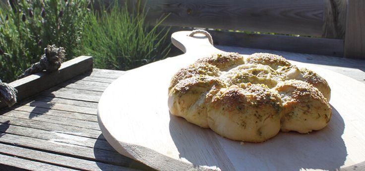 Een lekker brood bakken doe je ook gewoon met je pizzasteen op de BBQ. Dit Pesto Parmezaanse Kaas Breekbrood bijvoorbeeld!