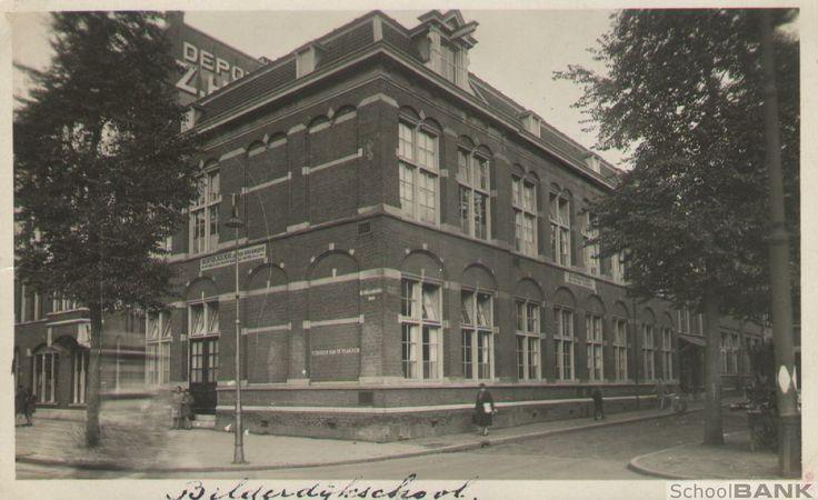 """Bilderdijkschool foto uit de jaren 40 - 50. Op het Schoolnaam bord stond: """"De vreeze des heeren is het beginsel der wijsheid""""."""