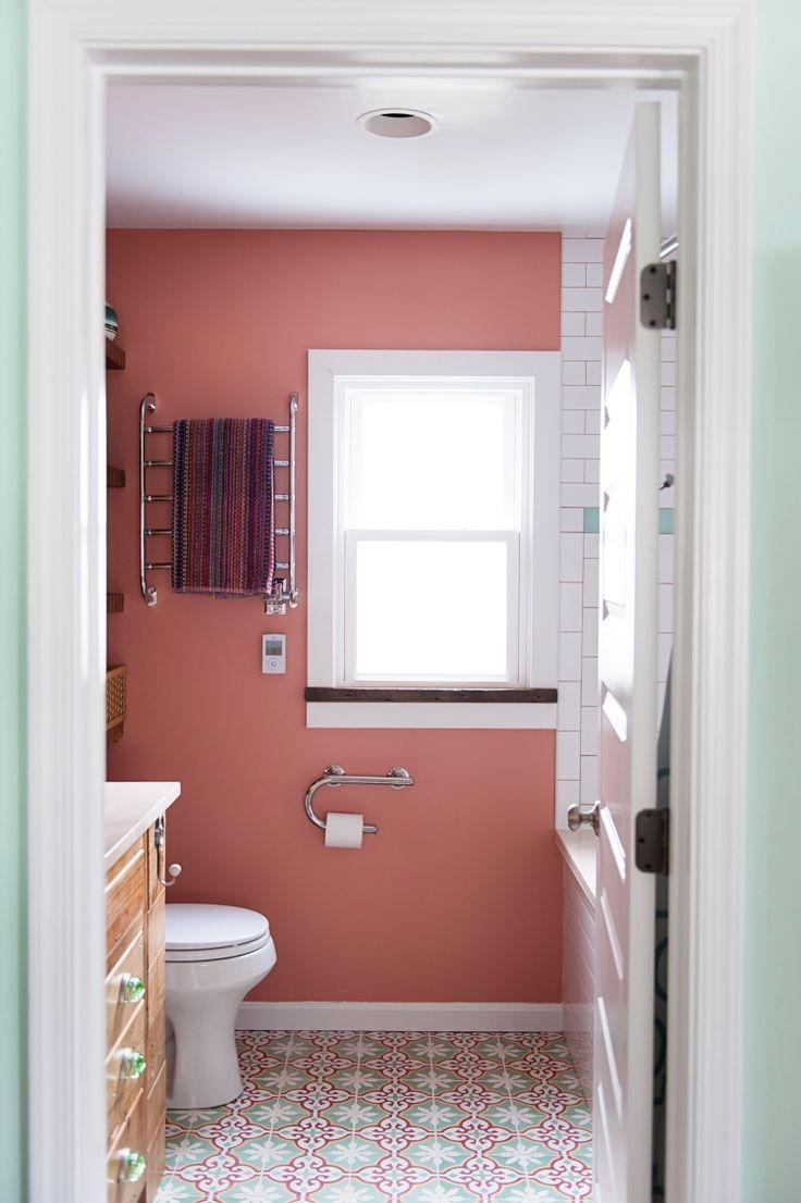 Lachsfarbe An Den Wanden Und Bodenfliesen Mit Rot Grun Weissen Ornamenten Badezimmer Klein Kleines Bad Dekorieren Kleines Badezimmer Umgestalten
