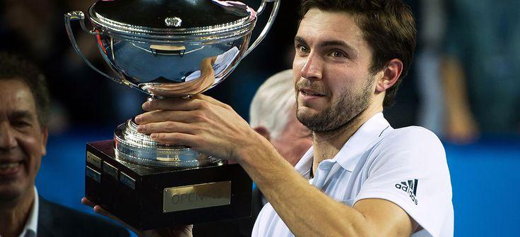 Nada como coronarse en casa. Gilles Simon conquistó en el Open 13 de Marsella su primer título de la temporada 2015, undécimo de su trayectoria profesional, tras derrotar a su compatriota Gael Monfils por 6-4, 1-6, 7-6(4) en dos horas y 29 minutos de juego. El de Niza, que abrió su palmarés en Marsella durante la edición de 2007, extiende el idilio en su país natal, donde ya ha levantado cuatro títulos del ATP World Tour..