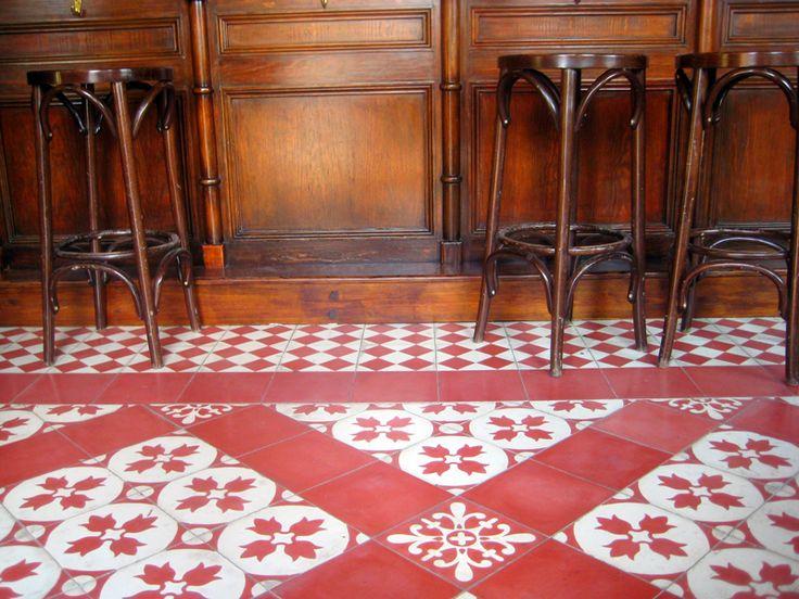 Bar de estilo castizo con alfombras de suelo hidráulico en blanco (MC1) y rojo (MC23) con baldosas Mod. 100, Mod. 122, Mod. 125-A y Mod. 182 y madera envejecida.