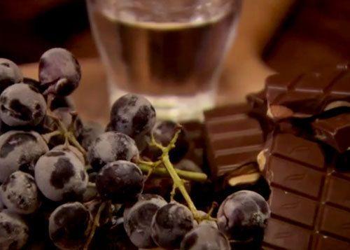 Рецепты к Новогоднему столу от Джейми! Замороженный виноград, шоколад и граппа  Рецепты к Новогоднему столу в необычном сочетании и необычной подаче — виноград, шоколад и граппа!  «Хочу предложить вам вкуснейшее сочетание продуктов!»  «… мало кому придет в голову вообще сотворить подобное!»