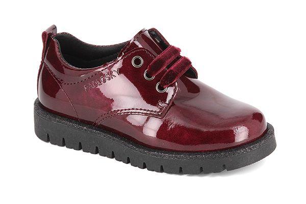 Pablosky. Blucher charol para niñas, de estilo inglés, con cierre de cordones de terciopelo para un perfecto ajuste, confeccionado en piel, forro inTech absorbente y antibacteriana, suela de goma adherente. Disponible en color burdeos.  ¡Simplemente sofisticados! #Blucher #BoysBlucher #Pablosky #DeckShoes #BoysDeckShoes #KidsShoes #CalzadoInfantil #FashionBlucher
