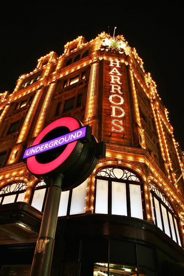 """Harrods, Londres, Inglaterra ... en primer plano , la indicación del """"Underground"""", la fantástica red de subtes de UK."""