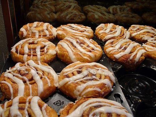 Les cinnamon rolls sont des desserts délicieux mangés chauds, quand le goût de cannelle et le glaçage sont fondants. Une très bonne recette américaine pour le goûter ou les repas de fête.