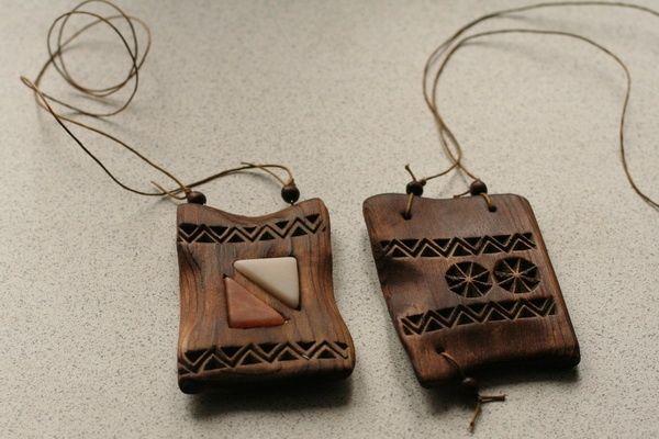 Кулоны из кедра с резьбой и вставками из белоречита