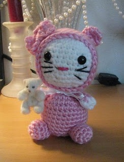 Kittie in pajamas, free pattern:  Teddy Bears, Armina Amy N, Amigurumi Kitty, Crochet Toys, Armina Amin, Crochet Amigurumi, Free Patterns, Hello Kitty, Crafts