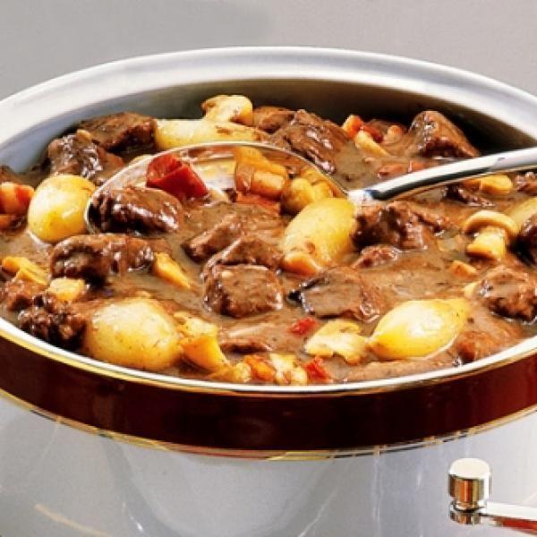 Receita de Carne à Francesa - 1 unidade de cebola picada, 100 gr de bacon, 3 colheres (sopa) de manteiga, 1 kg de peito bovino em cubos, 1/4 xícara (chá) de...