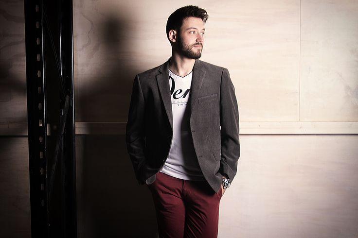 Wijn rode broek, stoere longsleeve met print afgemaakt met een donker grijs colbert! Laagjes, perfect voor een moderne look op kantoor of bij een feestje!
