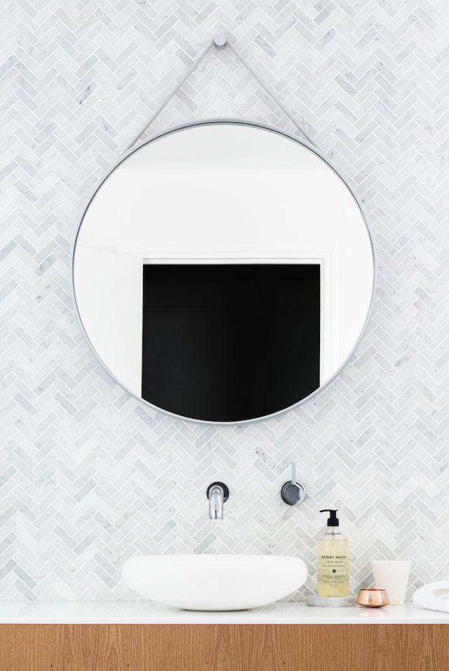 Des carreaux en marbre pour une salle de bains chic et minimaliste                                                                                                                                                      Plus