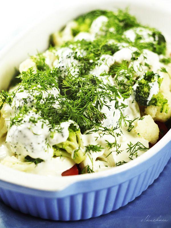 Sałatka z brokułów i kalafiora w jogurtowym dressingu