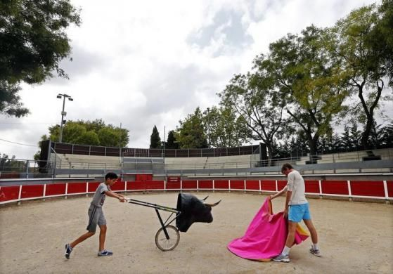 Young toreador apprentices of the French Tauromachy Centre practise a muleta pass at the bullring of Garons, near Nimes, September 25, 2013. A muleta is a small cloth attached to a short tapered stick used by a matador.  REUTERS/Jean-Paul Pelissier