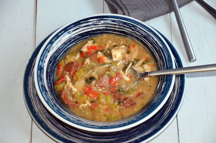 Gumbo. Heerlijke, goed gevulde (maaltijd)soep uit de Cajun keuken. Deze gumbo maak je met kip en worst. Eet gumbo met knapperig brood en drink er bier bij!