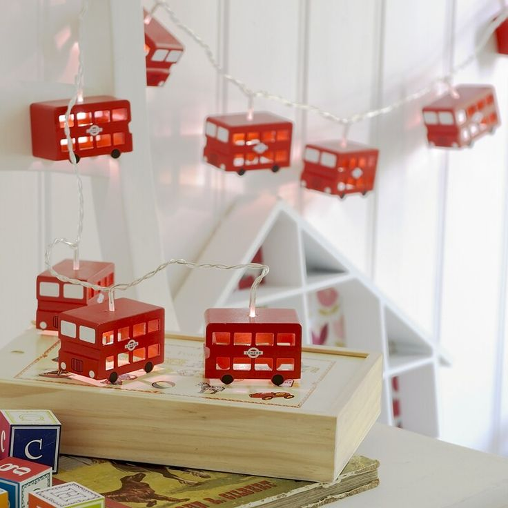 I just <3 these London bus string lights! Great theme, cute as heck!