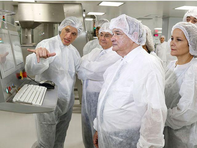 """El ministro de Salud de la Nación recorrió la planta de producción de la vacuna antigripal en Argentina e indicó que """"este año vamos a tener dos millones y medio más de vacunas antigripales que el año pasado"""" - See more at: http://www.grupoinsud.com/lemus-superviso-la-elaboracion-de-la-vacuna-antigripal/#sthash.RtYSsR7I.dpuf"""