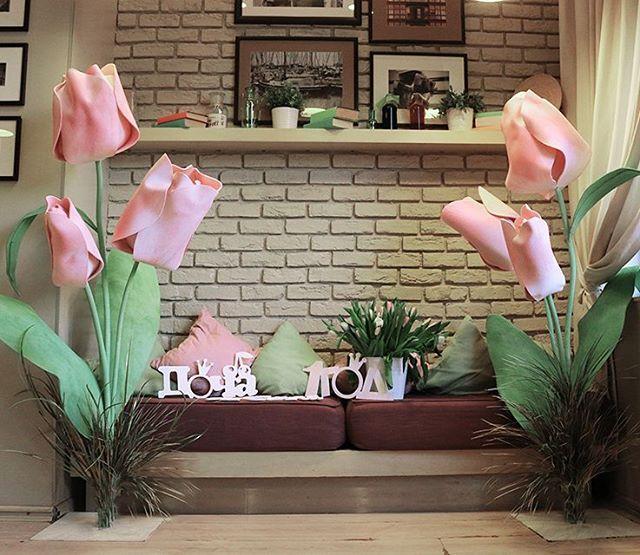 Друзья, презентую вам мои тюльпанчики, которые я делала для небольшого семейного торжества #гигантскиецветы #декормосква #оформлениесвадьбы #декорсвадьбы #деньрождения