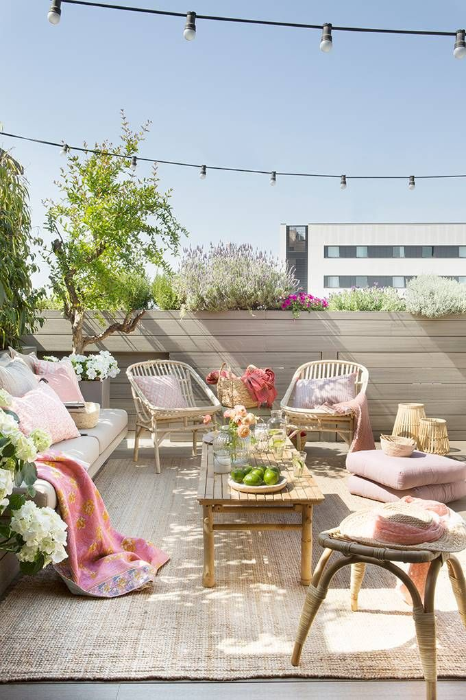 Keys to choosing and combining cushions on the terrace - Decor Scan : The new way of thinking about your home and interior design Rooftop Terrace Design, Terrace Decor, Patio Design, Patio Images, 3 Season Porch, Screened In Patio, Home Porch, Outdoor Furniture Sets, Outdoor Decor